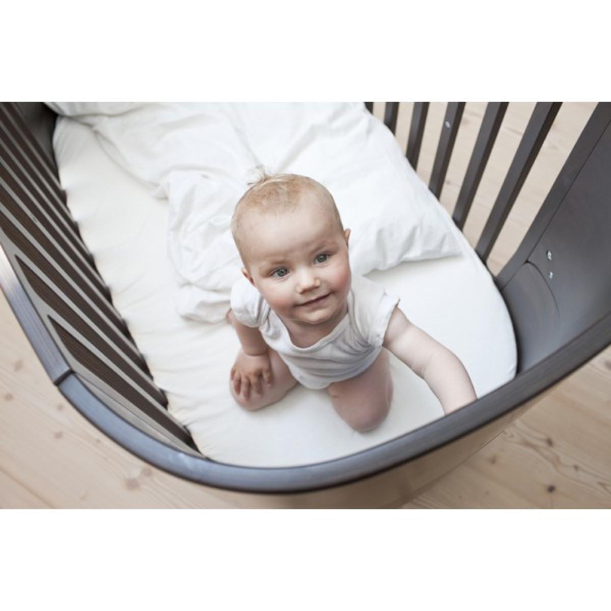 leander lit volutif noyer lit b b leander sur l 39 armoire de b b. Black Bedroom Furniture Sets. Home Design Ideas