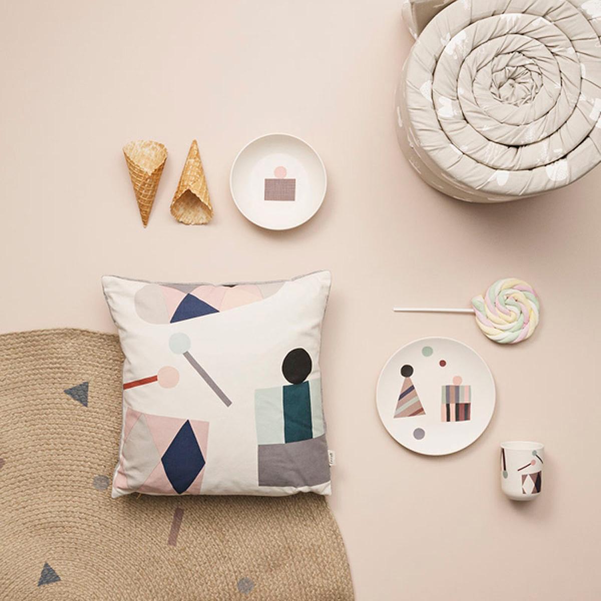 ferm living tapis rond petit mod le rose tapis ferm living sur l 39 armoire de b b. Black Bedroom Furniture Sets. Home Design Ideas