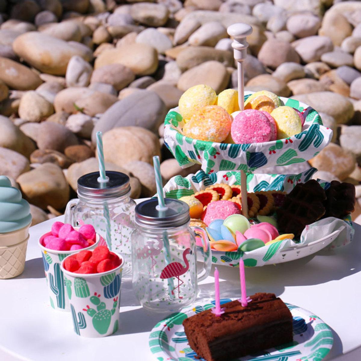 sass belle choppe flamants roses avec paille tasse verre sass belle sur l 39 armoire de b b. Black Bedroom Furniture Sets. Home Design Ideas