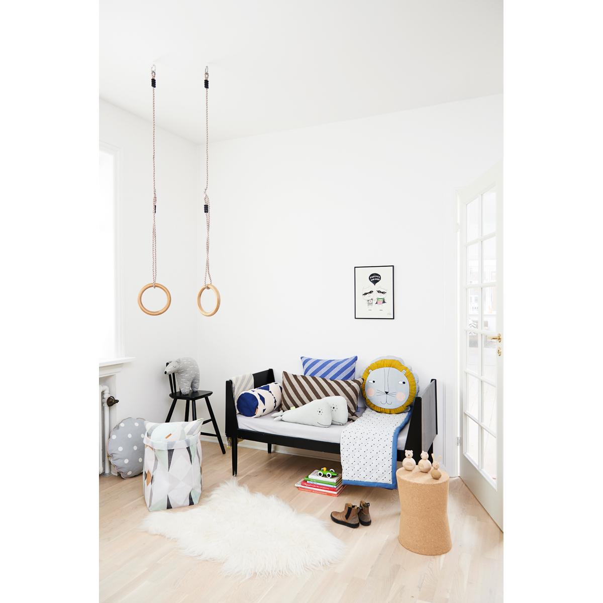 oyoy coussin lion coussin oyoy sur l 39 armoire de b b. Black Bedroom Furniture Sets. Home Design Ideas