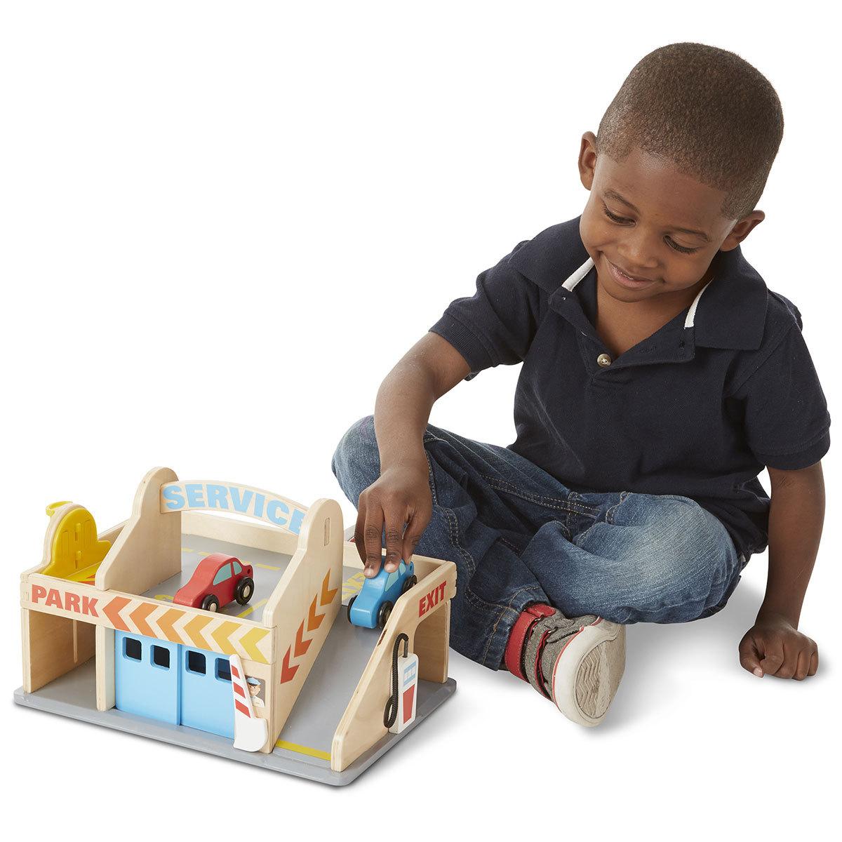 melissa doug station service avec garage mes premiers jouets melissa doug sur l 39 armoire de. Black Bedroom Furniture Sets. Home Design Ideas
