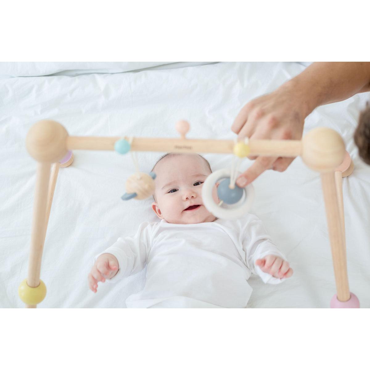 plan toys arche d 39 activit pastel arche plan toys sur l 39 armoire de b b. Black Bedroom Furniture Sets. Home Design Ideas