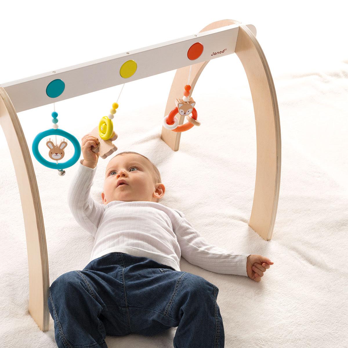 janod portique d 39 activit s baby pop arche janod sur l 39 armoire de b b. Black Bedroom Furniture Sets. Home Design Ideas
