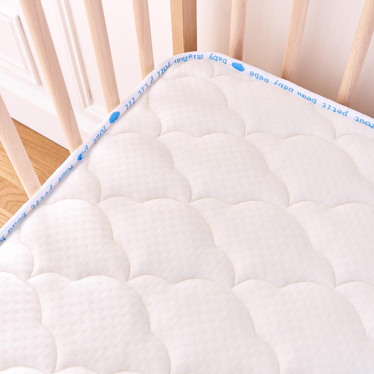 p 39 tit lit matelas ventil 60 x 120 cm matelas b b p 39 tit lit sur l 39 armoire de b b. Black Bedroom Furniture Sets. Home Design Ideas